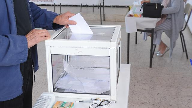 Cezayir'deki kayıtlı seçmenlerin yüzde 30'u oy kullandı