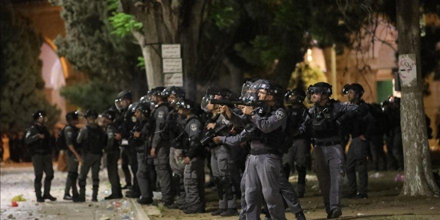 Siyonist işgal güçleri, Mescid-i Aksa'dan dönen onlarca genci gözaltına aldı