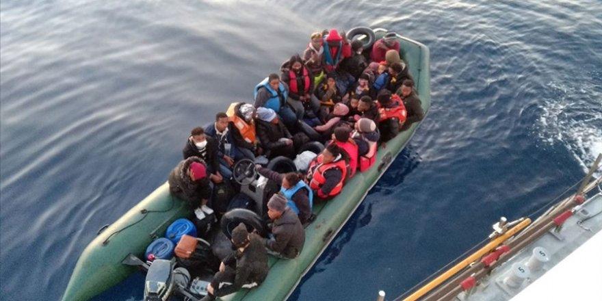Denizin ortasında mahsur kalan 28 göçmen kurtarıldı