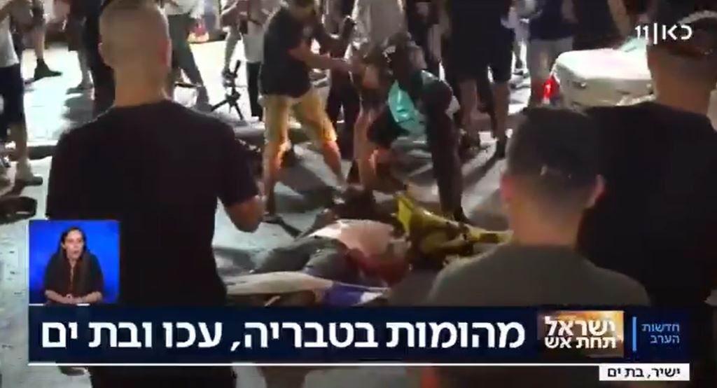 İşgalci Yahudiler araçtan indirdikleri Filistinliyi vahşice linç etti!
