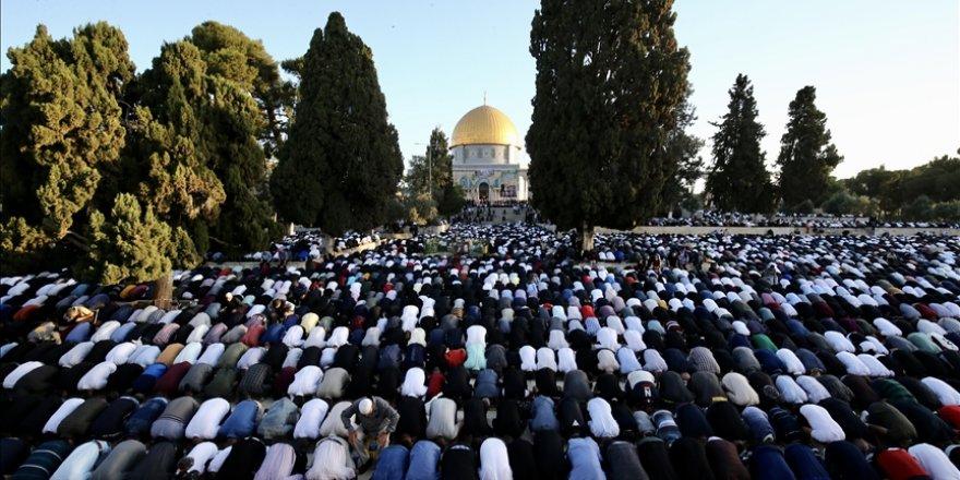 Yüz binden fazla Müslüman bayram namazını Mescid-i Aksa'da kıldı