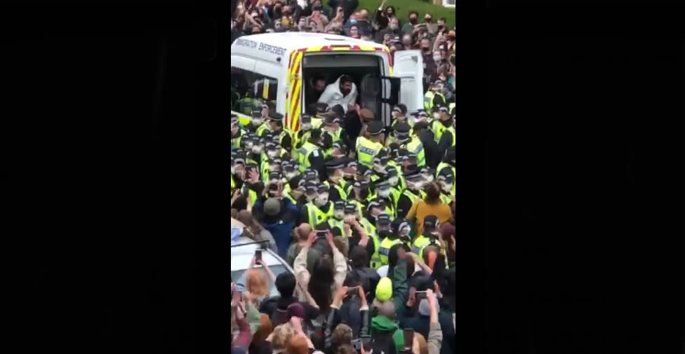 İskoçya'da halk, 2 Müslüman mültecinin sınır dışı edilmesini önledi