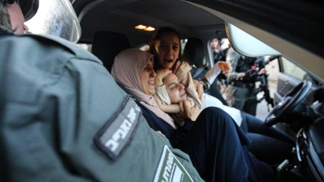 Siyonist İsrail polisi Filistinli kadının başörtüsüne saldırdı