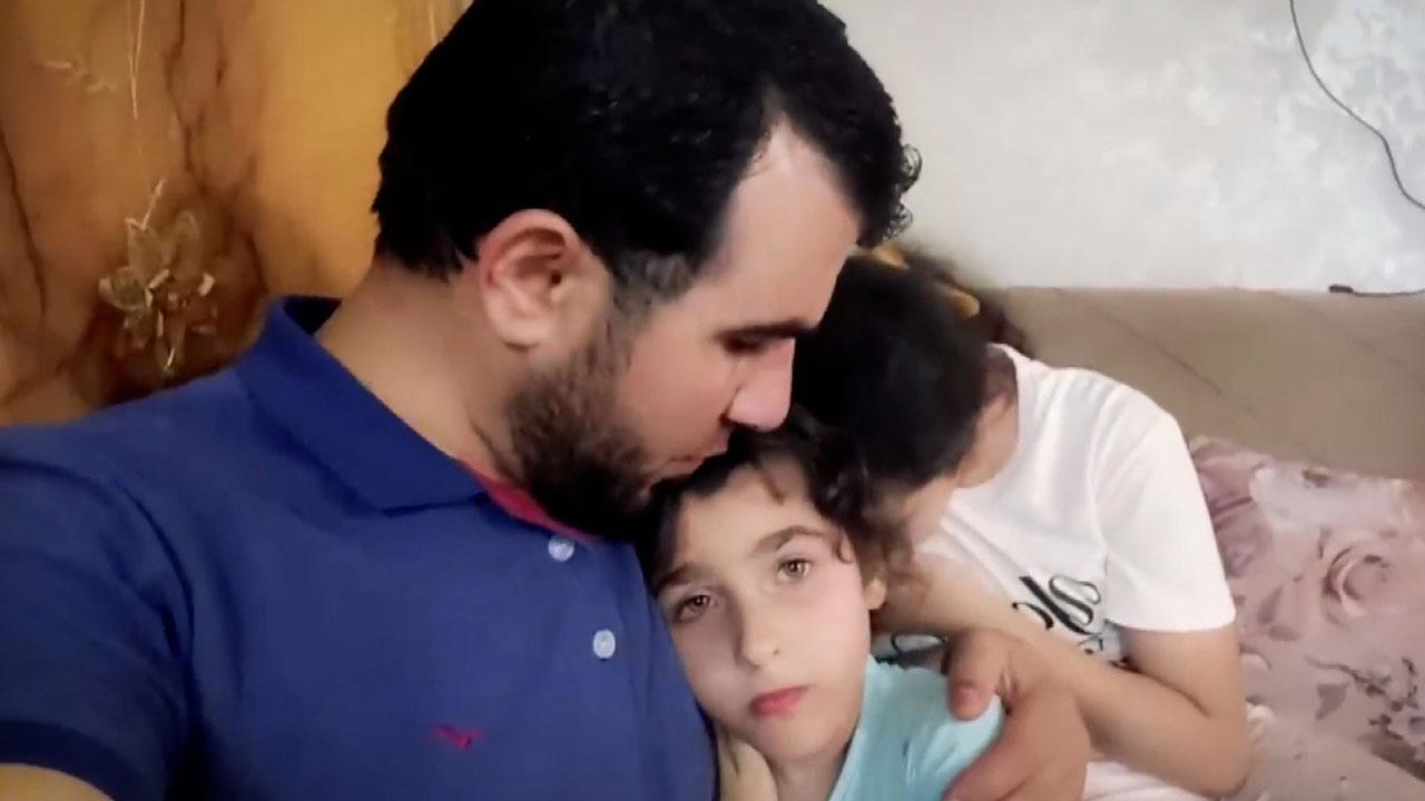 Korkan kızlarını teskin etmeye çalışan Gazzeli baba hayatını kaybetti