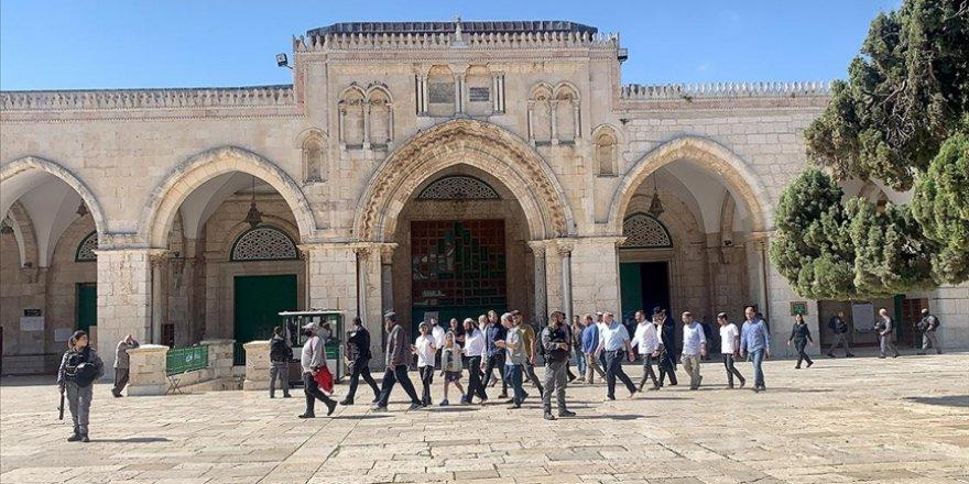 Siyonist yerleşimciler polis korumasında Mescid-i Aksa'ya baskın düzenledi