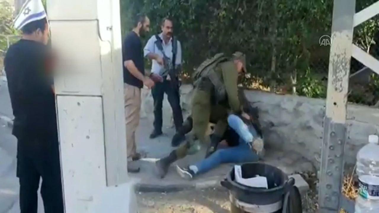 Siyonist askerler Filistinli gence vahşice saldırdı