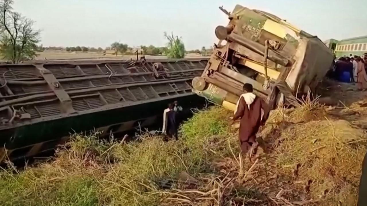 Pakistan'da iki tren çarpıştı: En az 38 ölü