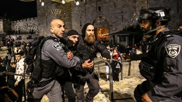 Siyonist İsrail polisi akşam namazı kılan Filistinlilere saldırdı
