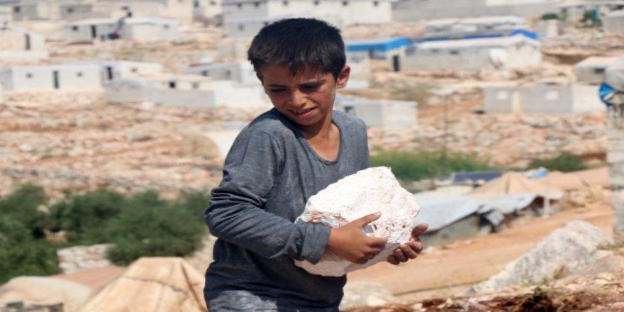 """Esed iyice baksın! Onca zulme rağmen Suriyeli çocuklar """"taş kırarak"""" hayatta kalmaya devam ediyor!"""