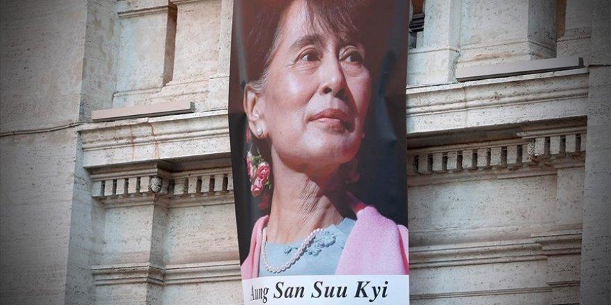 Myanmar'ın devrik lideri Suu Çii askeri mahkemede yargılanmaya başladı