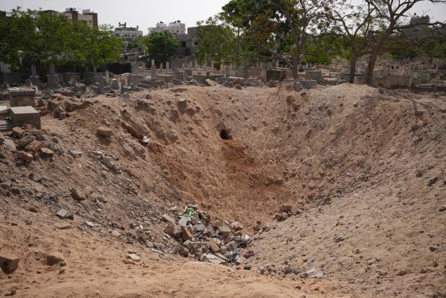 Siyonist İsrail, Gazze'de mezarlıkları bile bombaladı