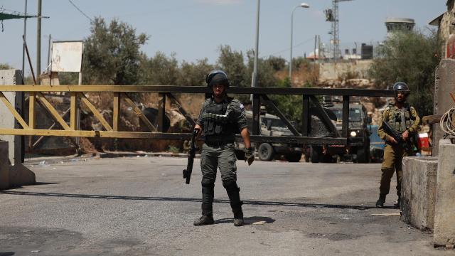 """Siyonist İsrail, """"Bayrak Yürüyüşü""""nü protesto eden Filistinlilere saldırdı"""