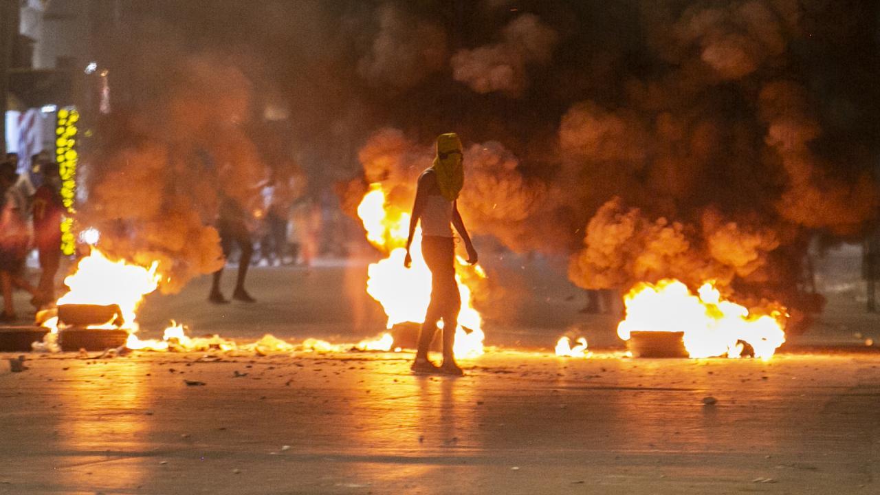 Tunus'ta gözaltına alınan genç öldü, sokaklar karıştı