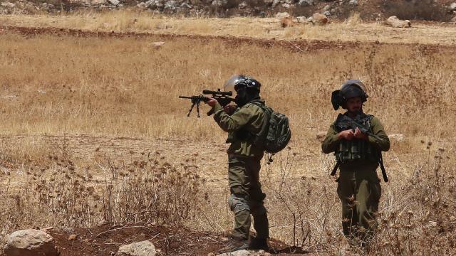 Siyonist İsrail güçleri, bir Filistinliyi başından vurarak ağır yaraladı