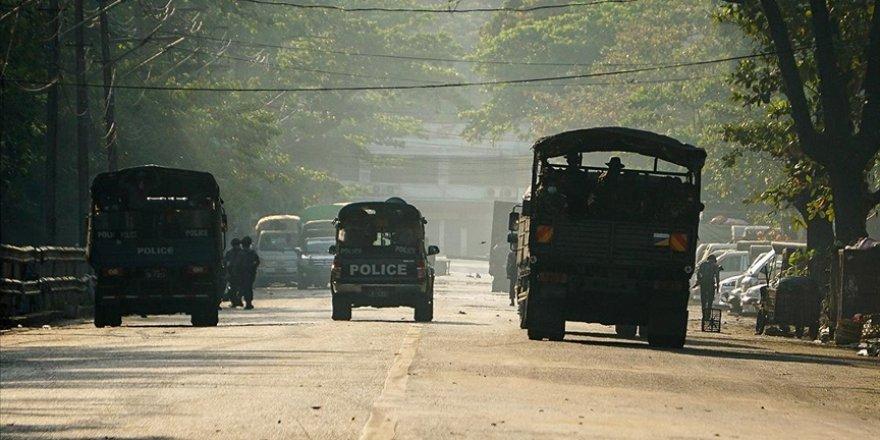 Myanmar'da darbeci ordu bir köyü ateşe verdi