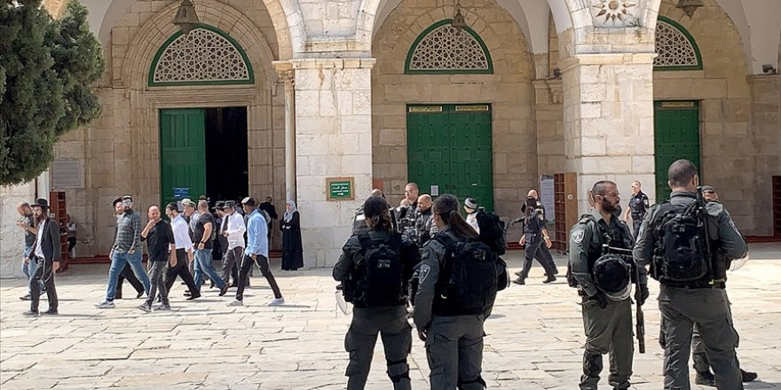 Polis korumasındaki Siyonist yerleşimciler Mescid-i Aksa'ya baskın düzenledi