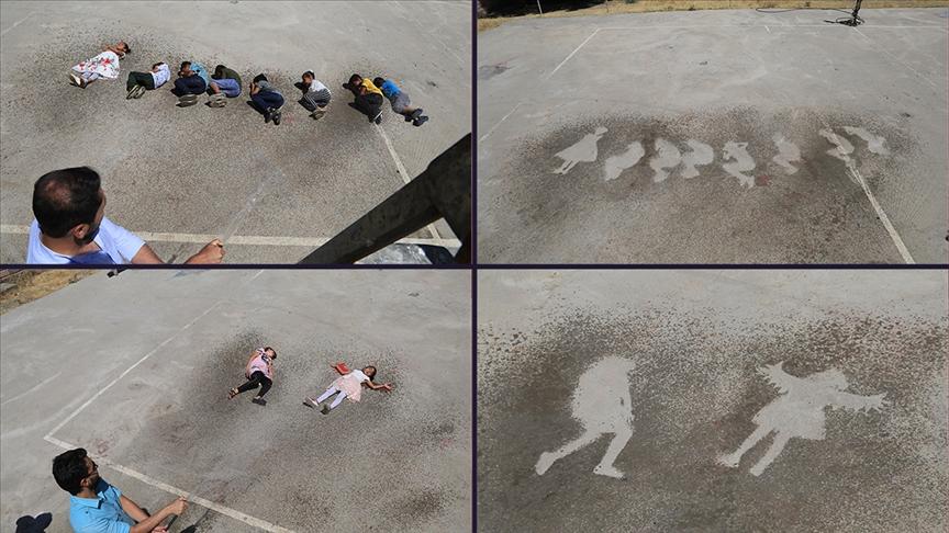 Recep öğretmen sıcaktan bunalan öğrencilerini 'su oyunu'yla serinletti
