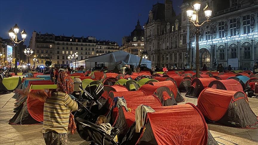 """Göçmenler Paris'te """"acil barınma"""" talebiyle sokağa kamp kurdular"""