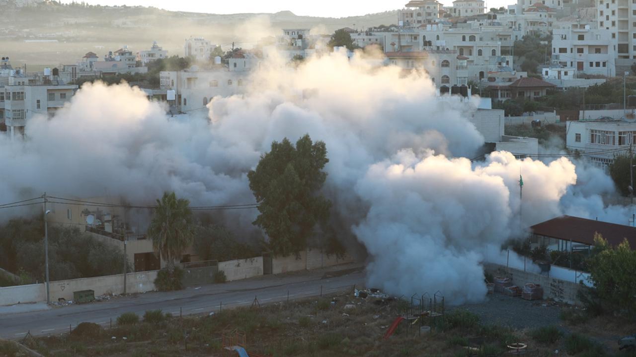 Siyonist İsrail Filistinli esirin evini yıktı