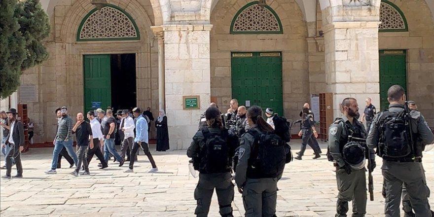 Siyonist yerleşimciler işgal polisi korumasında Mescid-i Aksa'ya baskın düzenledi