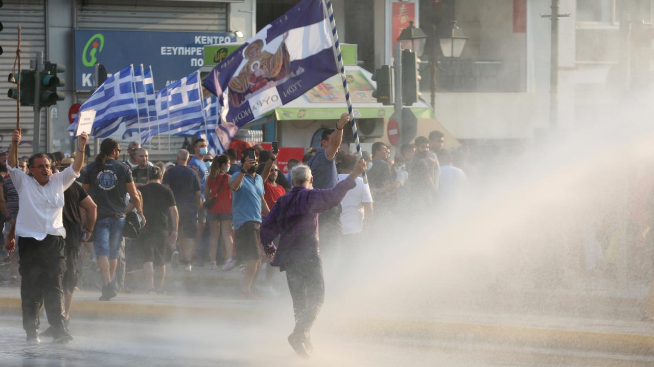 Yunanistan'da aşı karşıtları sokakları karıştırdı