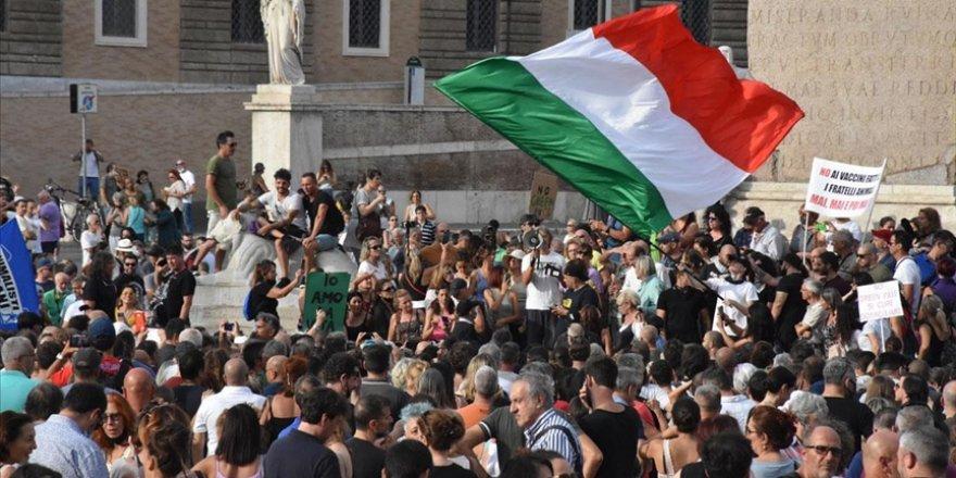 İtalya'da Kovid-19 önlemleri kapsamında çıkarılacak 'Yeşil Geçiş' belgesi protesto edildi