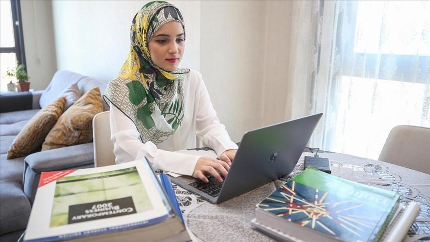 Suriyeli genç Türkiye'de üniversiteyi birincilikle bitirdi