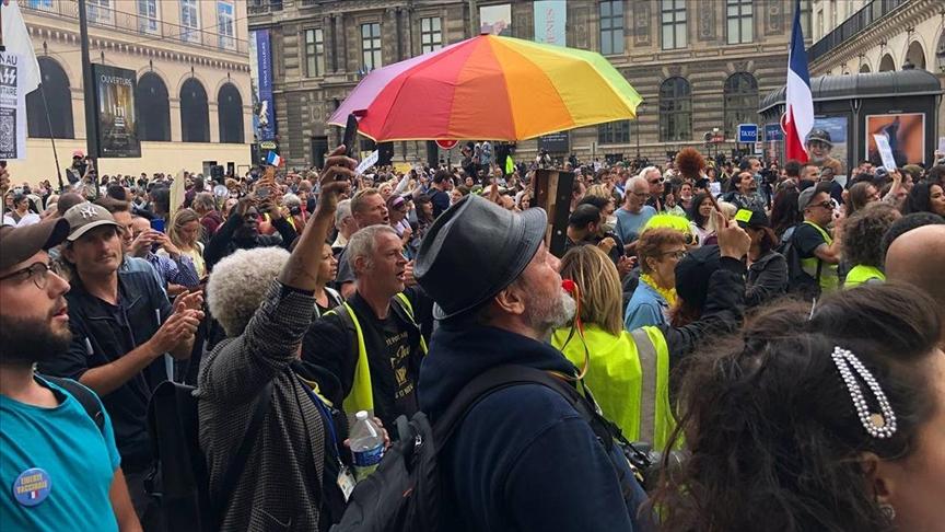 Fransa'da Anayasa Konseyinin tartışmalı Kovid-19 yasasını onaylaması protesto ediliyor