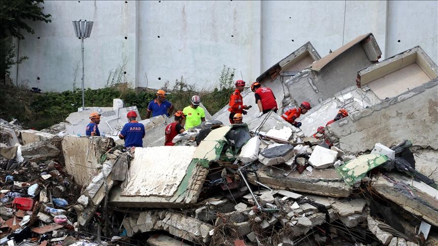 Bozkurt ilçesinde sel nedeniyle yıkılan apartmanda arama kurtarma çalışmaları sürüyor