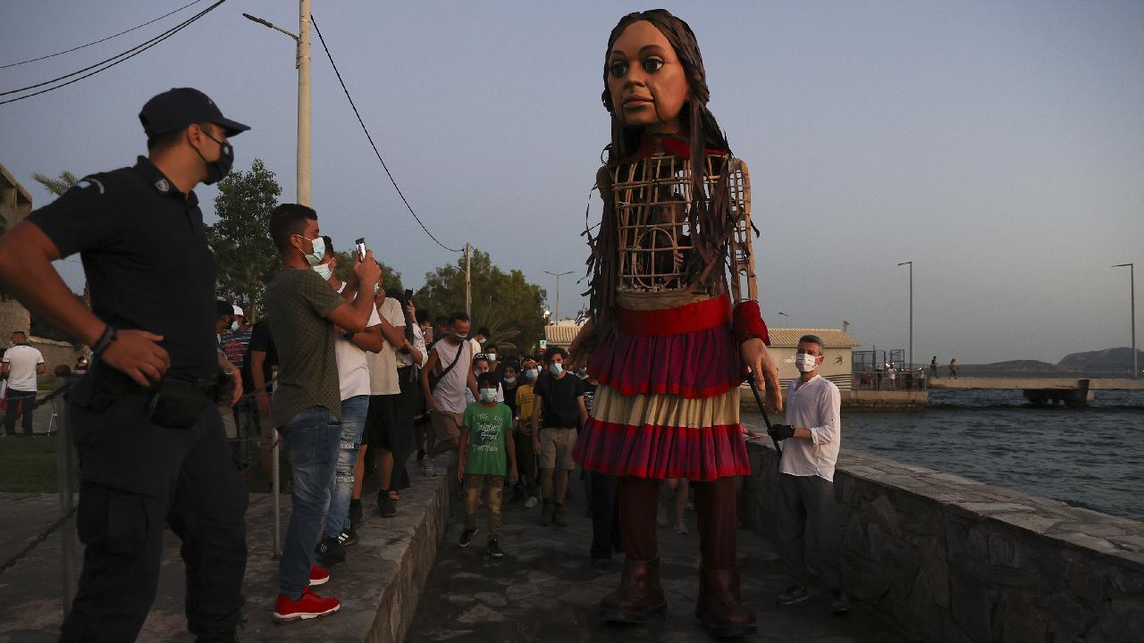 Irkçılar sığınmacı çocuğun kuklasına bile tahammül edemediler