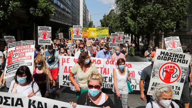 Yunanistan'da aşı olmayan binlerce sağlık çalışanı işinden uzaklaştırıldı