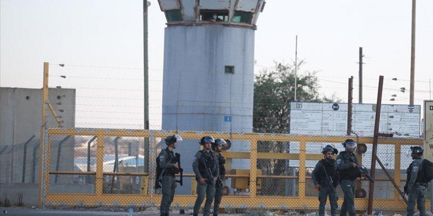 Siyonist güçler Filistinli tutukluları darp etti