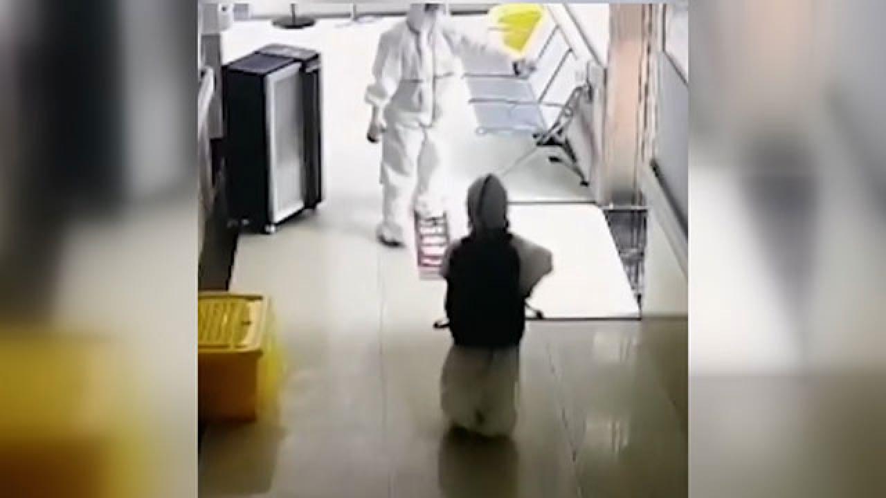 Çin'de 4 yaşındaki çocuğu tek başına karantinaya aldılar