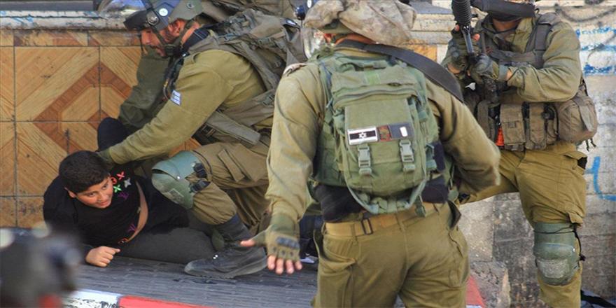 İşgalci İsrail askerleri El-Halil'de on yaşındaki Filistinli bir çocuğu darp ederek gözaltına aldı