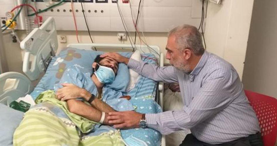 Kemal El-Hatib esir Mikdad El-Kavasime'yi hastanede ziyaret etti