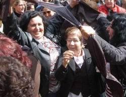 CHPli Kadınlar Çarşafa Saldırdı!