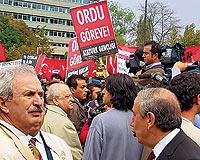 'Ordu Göreve' Pankartı Kemal Gürüz'den