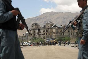 Afgan Polisi Oyuncak Silahlarla Eğitiliyor!