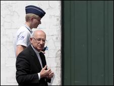 Belçikada Polis Katolik Kilisesini Bastı