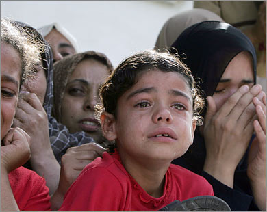 İsrail Topçusu Filistinli Anneyi Katletti