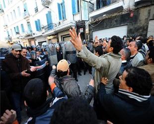 Tunus'ta Tanklar Havaalanını Kuşattı