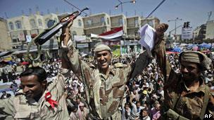 Yemende On Binlerce Kişi Sokakta