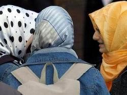 İsveç'te Başörtülü Küçük Kıza Saldırdılar