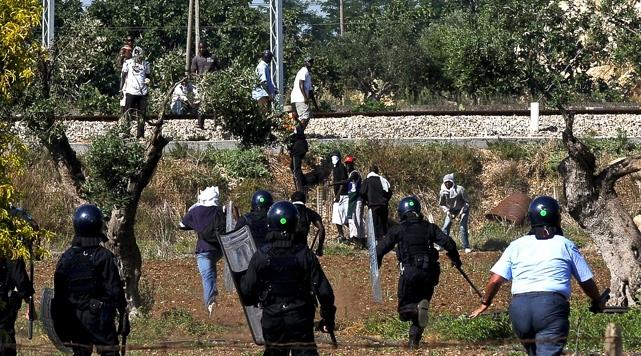 İtalyada Göçmenlerle Polisler Çatıştı