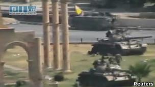 Suriye Tankları Hamada Kent Meydanında