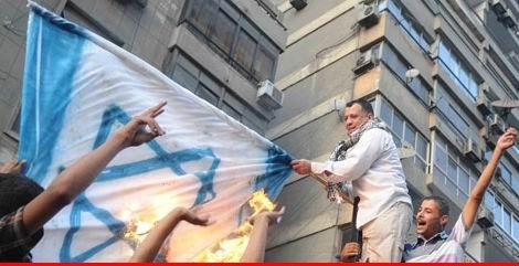 Mısırlı Gençler İsrail Elçilik Binasına Girdi