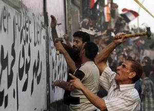 Mısırlılar İsrail Elçiliğini Yıktı: Yüzlerce Yaralı