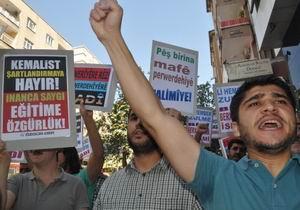 Anadil ve Başörtüsü Yasağı Protesto Edildi