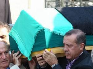 Erdoğan, Annesini Gözyaşlarıyla Uğurladı