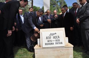 Arınç; Atıf Hoca'nın Mezarı Başında Dua Etti